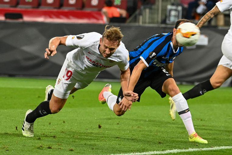 Luuk de Jong (links) kopt de eerste van zijn twee goals binnen in de Europa League-finale tegen Inter. Beeld Federico Gambarini/dpa