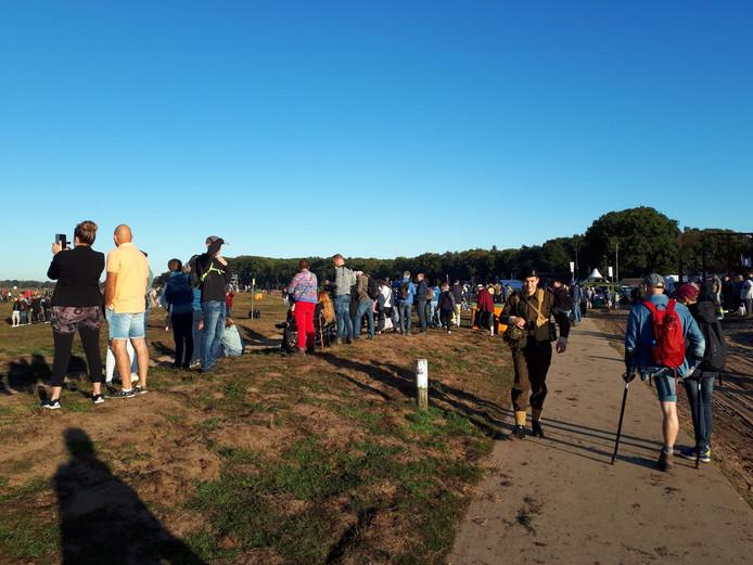 Al heel vroeg zochten de eerste kijkers voor de dropping op de Ginkelse Heide een mooi plekje