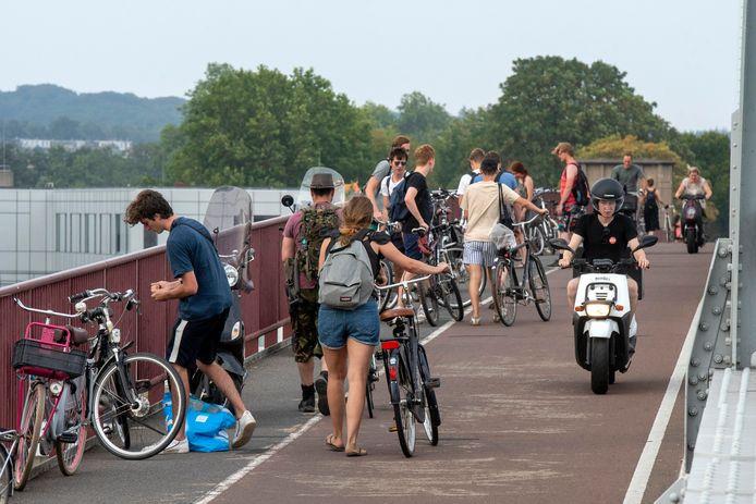 Drukte op het fietspad aan de westkant van de John Frostbrug in Arnhem.