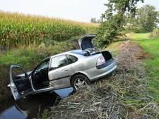 Dronken automobilist slingert over A59 en belandt met zijn auto boven een sloot