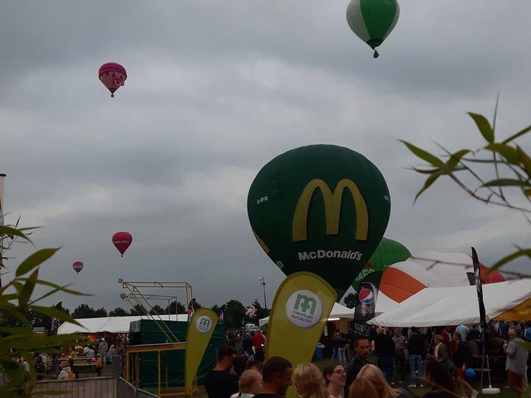 Dreigende grijze wolken, maar zondag iets over 20.30 uur gingen toch enkele ballonnen de lucht in.