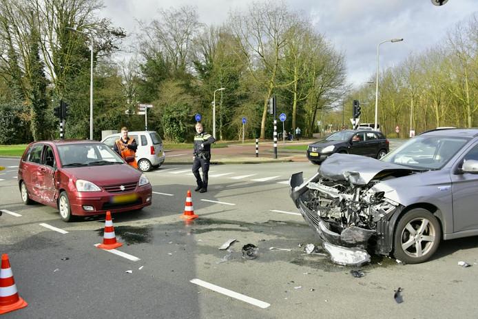 De auto's raakten allebei zwaar beschadigd.