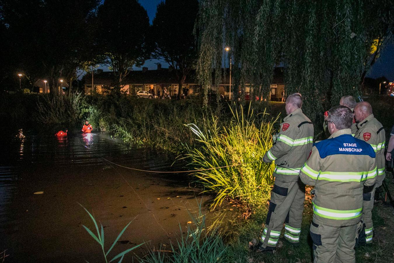 De brandweer doorzoekt een plas langs de Esdoornlaan in Doesburg.