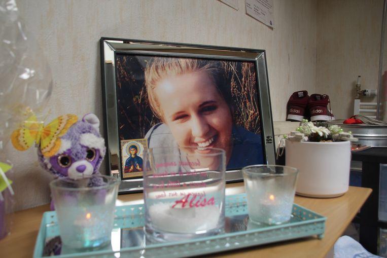 Een grote foto van Youlia omringd door kaarsen op het dressoir in de woonkamer van het gezin. Alisa was de naam het dochtertje van Youlia & Nessar