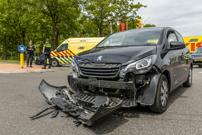 Auto op de kop bij ongeluk in Oosterhout