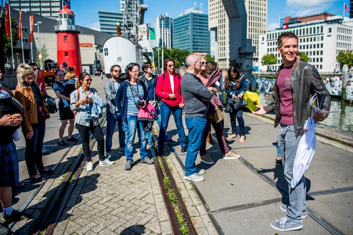 Thomas de Leeuw (rechts) neemt toeristen op sleeptouw in Rotterdam.
