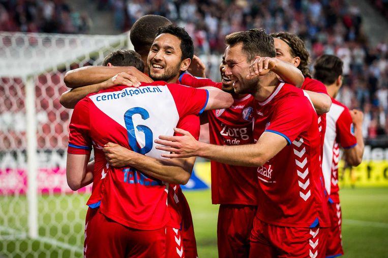 Utrecht viert de treffer van Rico Strieder (l) tegen Heerenveen.