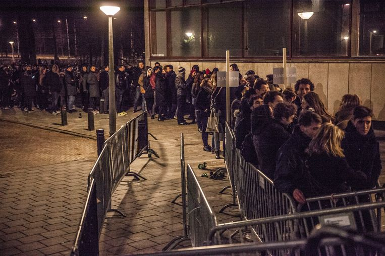 Een rij voor de ingang van de populaire nachtclub De School. Beeld Amaury Miller