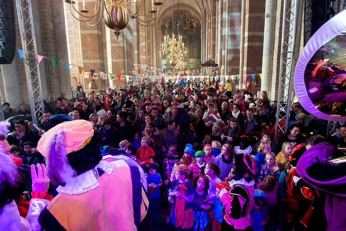 Groot feest in 2012 in de Lebuinuskerk in Deventer, waar traditiegetrouw organisatie de Zwarte Hond feest viert met de kinderen na afloop van de intocht.