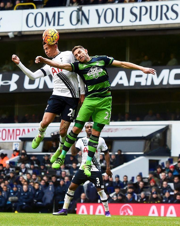 Dele Alli (Tottenham Hotspur) gaat een kopduel aan met Angel Rangel (Swansea). Beeld epa