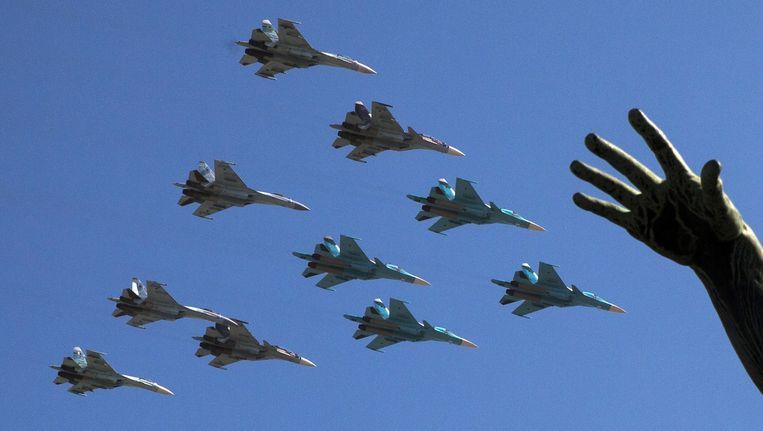 Gevechtsvliegtuigen scheren over het Rode PLein. Beeld AP