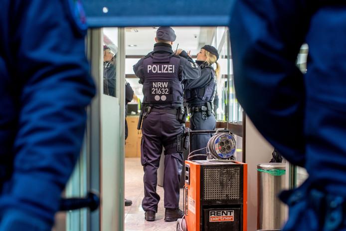 Agenten doorzoeken een juwelier in Duisburg.