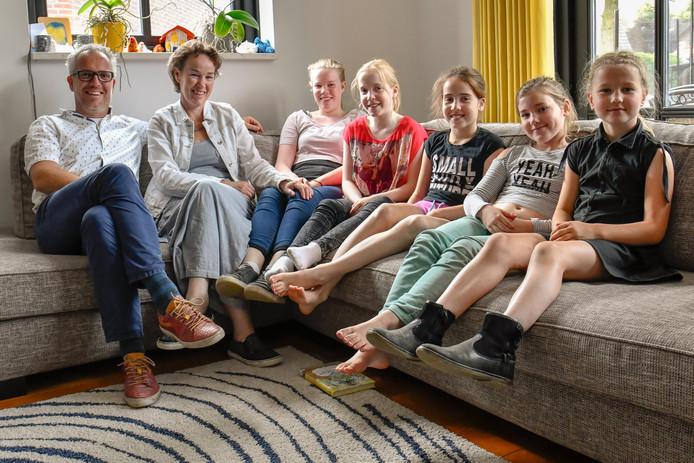 Samen op de familiebank v.l.n.r.: Eric, Miriam, Elin (13), Mare (11), Meike (9), Jolien (9), Eva (8). Jolien & Eva zijn de dochters van Ilse.