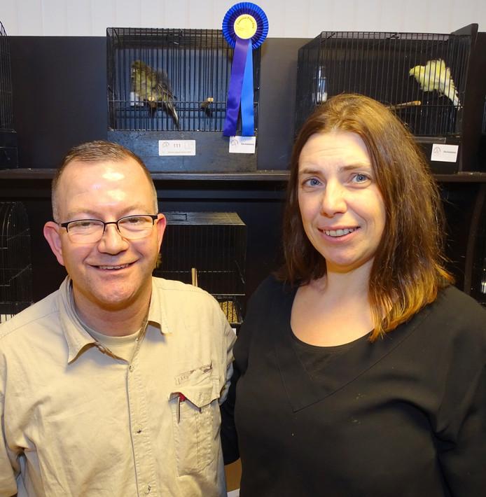 Gunther en Katrien van Hout voor de kooi met de mooiste vogel van de show.