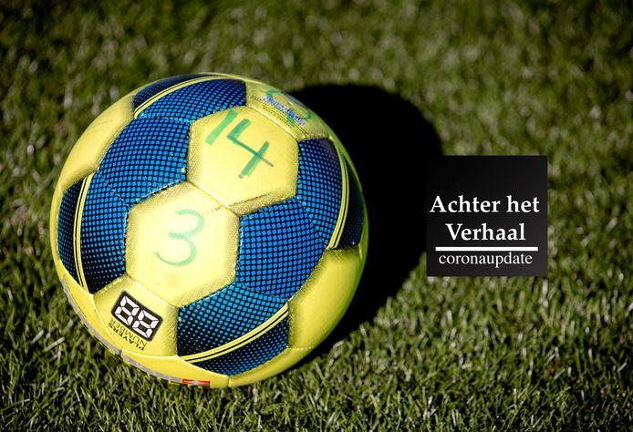 DEN HAAG - Een voetbal bij voetbal- en cricketclub HV&CV Quick.