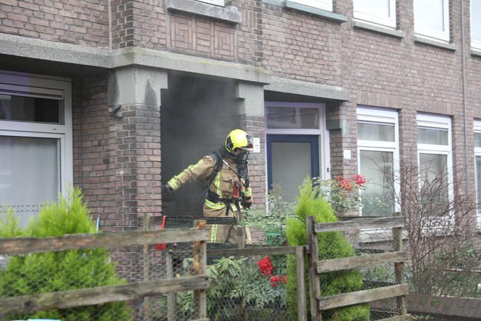 Bij de brand in de Pijnacker Hordijkstraat kwam vanochtend veel rook vrij. Het vuur was ontstaan op een fornuis in een woning.