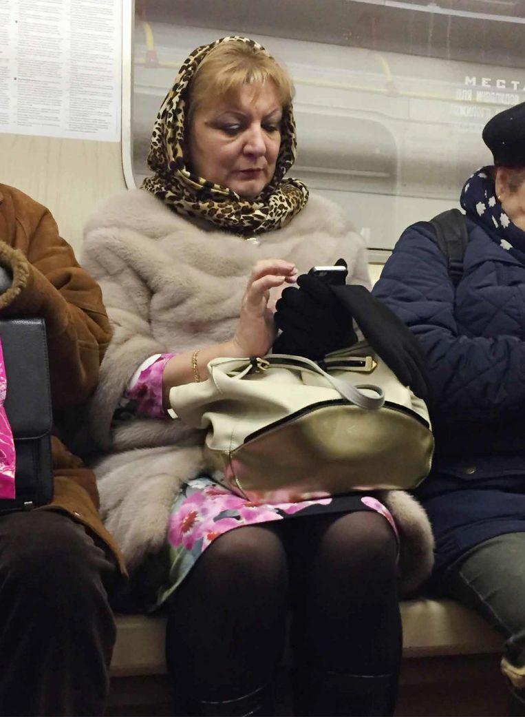 Eigen wereld-foto in de metro van Moskou, uit de iPortrait-serie. Beeld Jacqueline Hassink