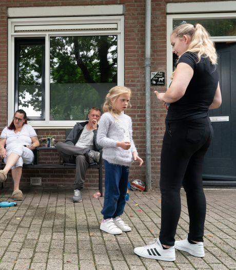 De Hofstad: zo'n volks wijkje vlakbij de binnenstad. 'Er wordt heus wel eens wat over straat gekwèkt'
