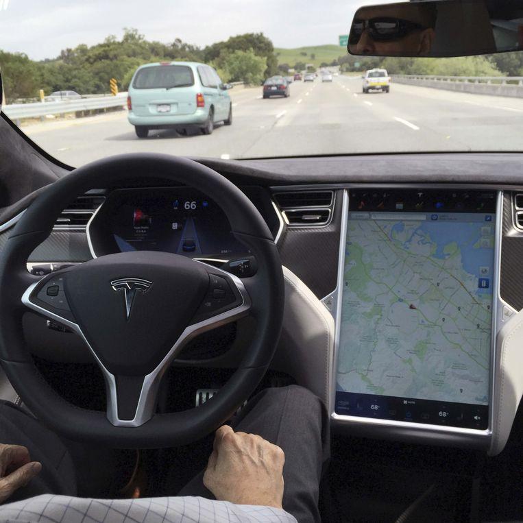 Een Tesla model S op de automatische zelfbesturing 'Autopilot' in San Francisco.