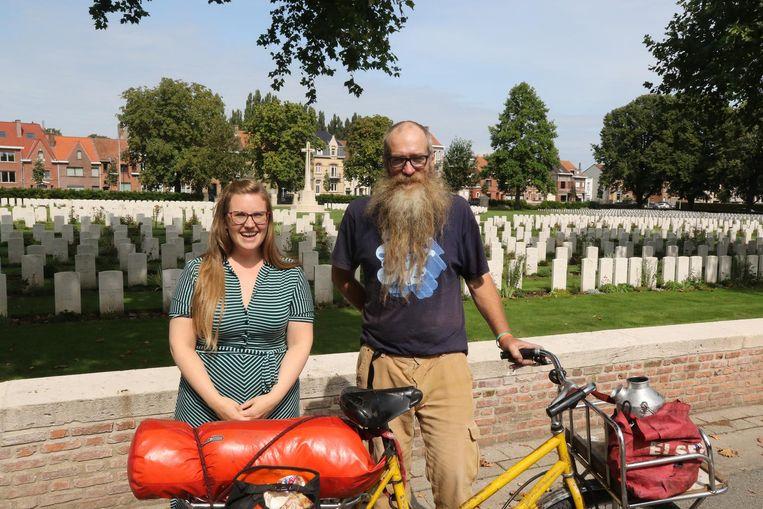 De dakloze Australiër Mic Whitty, hier samen met Nele Bille van de Commonwealth War Graves Commission.