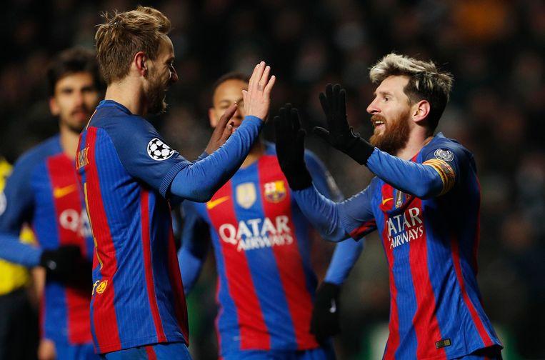 Rakitic (links) met Messi.
