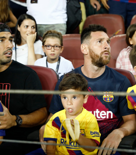 Suárez 'corrigeert' juichende Messi jr na misser Barça