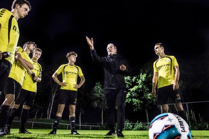 Patrick Pothuizen legt de te volgen tactiek uit aan de spelers van Astrantia.