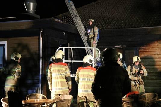 De brandweer kon niet voorkomen dat het horecagedeelte van de skipiste flink werd beschadigd.