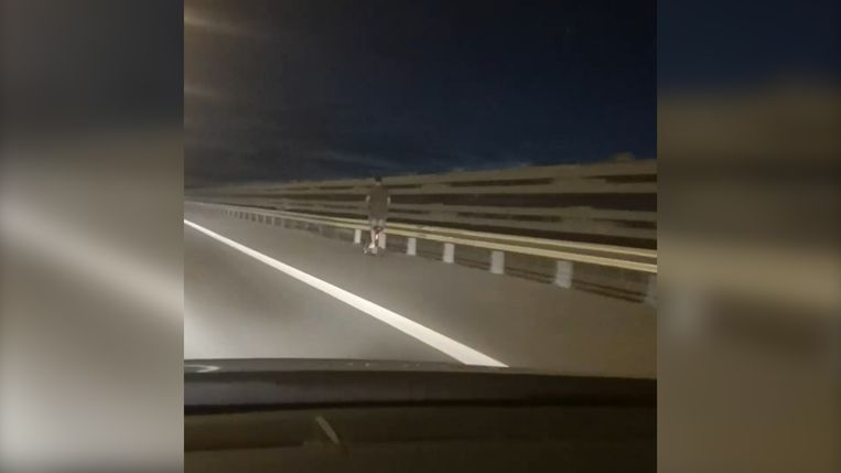 De man reed met een snelheid van 70 kilometer per uur op een elektrische step over het viaduct van Vilvoorde.