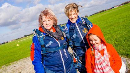 """Kathleen (44) verrast jarige mama Lilian (64) met parachutesprong: """"Eens iets anders dan samen gaan shoppen"""""""