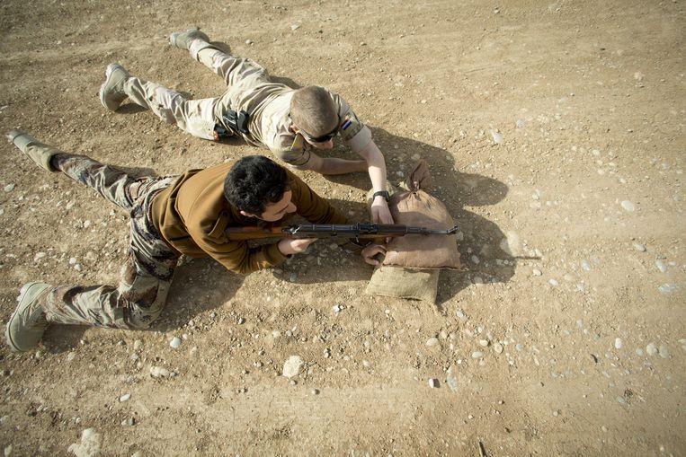 Februari 2015, Nederlandse trainers leiden in Erbil in Irak acht pelotons Koerdische Peshmerga-strijders op.  Beeld null