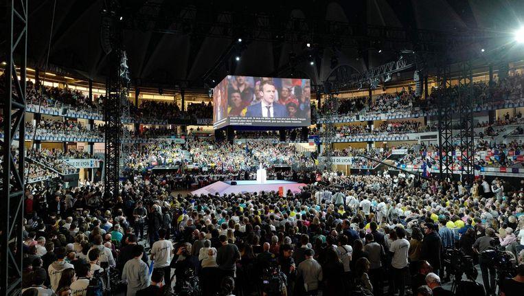 Emannuel Macron bij een campagnebijeenkomst in het Palais des Sports. De voormalig minister van Economische Zaken doet mee aan de presidentsverkiezingen. Beeld afp