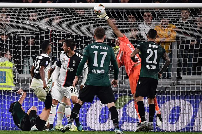 Gianluigi Buffon redt schitterend op de omhaal van Federico Santander (liggend)