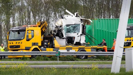 Eén van de vrachtwagens wordt op een bergingswagen geladen.