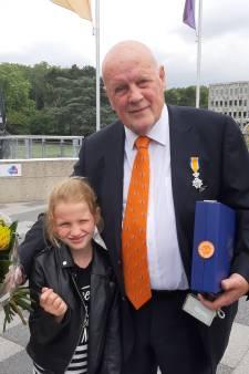 Rachel (8) mag onze iconische verslaggever Leo van der Velde zijn lintje opspelden