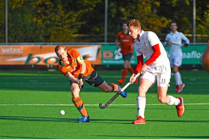 Warande-aanvoerder Marnix van Leijsen (links) en Matthijs Bartelts strijden om de bal.