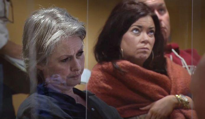 Moeder Berthie en zus Femke Verstappen horen de verklaring van Jos Brech aan.