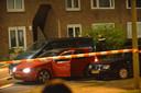 Een rode auto met openstaande deuren en draaiende motor werd uitgebreid onderzocht.