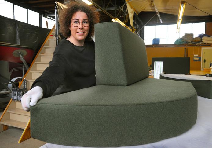 Stoffeerster Daisy Buijs uit Middelburg maakt onder meer kussens op maat voor een meterslange wandbank van een bijzondere horeca-gelegenheid.
