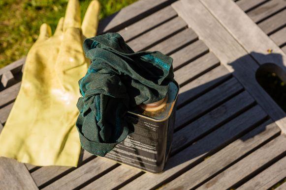 Wil je de originele kleur van je tuinmeubels bewaren? Behandel ze dan één tot twee keer per jaar met een speciale olie.
