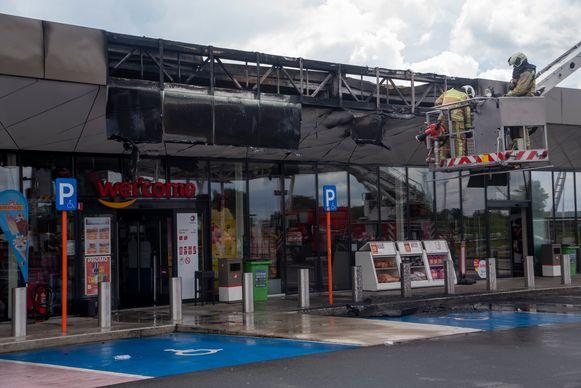 De brand vernietigde een deel van het dak van het tankstation aan de E17 in Kalken.