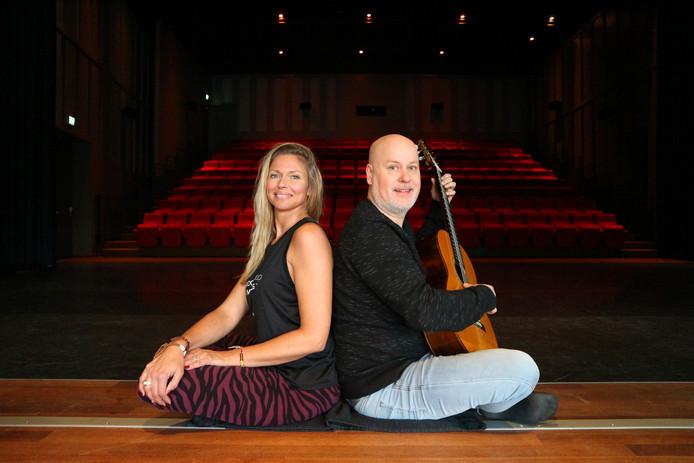 Leonie van der Linden geeft tijdens het theaterweekend in De Leest een yogaconcert. Gitarist Frank zorgt voor de live muziek.