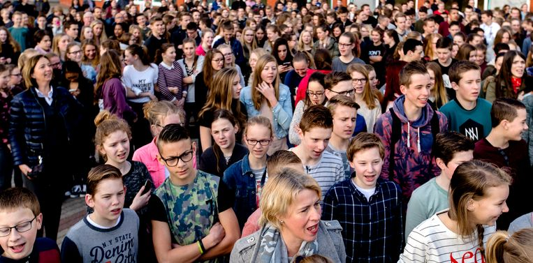 Twee jaar geleden deed een school in Veenendaal een experiment om te kijken of het volkslied zingen een gezamenlijk ritueel kon worden. Beeld ANP