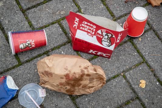 Nederland,  Den Bosch, rommel van de nieuw geopende KFC op Soetelieve