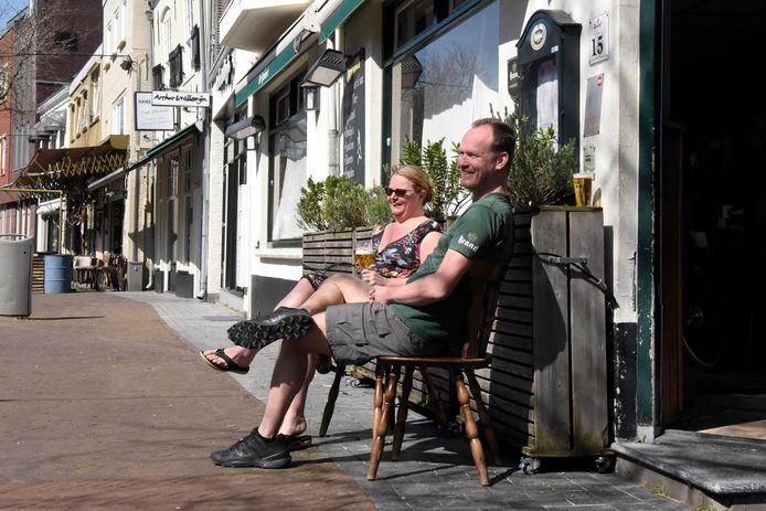 Meijndert en Nicole van Breenen zitten voor hun huis, terras De Reehorst, een biertje te drinken. ,,We zijn er nog niet op aangesproken, maar worden wel bekeken door mensen die voorbijkomen'', zegt van Breenen.