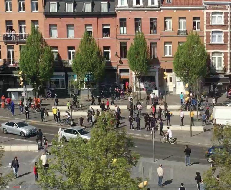 Het is te makkelijk om alleen maar te strijden tegen de hakenkruisen in de samenleving. Racisme zit veel dieper.' (Foto: rellen in Anderlecht na de dood van de 19-jarige Adil.) Beeld