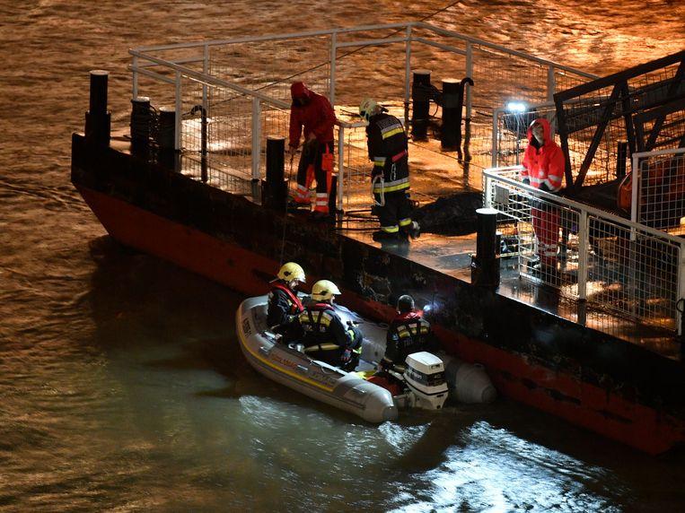 Zeven mensen konden levend uit het water worden gehaald, voor zeven mensen kwam de hulp te laat. Beeld EPA