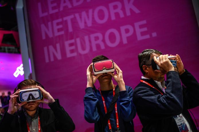 Bezoekers proberen deze week een Oculus-virtual reality bril uit op het paviljoen van Deutsche Telekom op het World Mobile Congress in Barcelona.