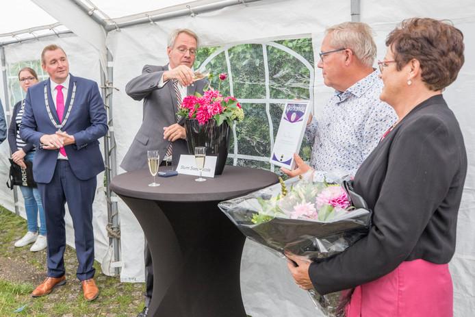 Commissaris van de Koning Han Polman doopt de 'Sturm Sweet Nicole'. Helemaal rechts de naamgever van de dahlia, Frans' vriendin Nicole, en links burgemeester Gerben Dijksterhuis.