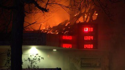 "VIDEO: Zware uitslaande brand legt woning in de as pal naast tankstation in de Groenestraat: ""Ramp voorkomen"""